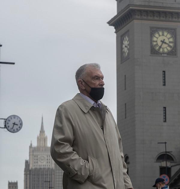 אדם עם מסכה במוסקבה, החודש / צילום: Associated Press, Pavel Golovkin