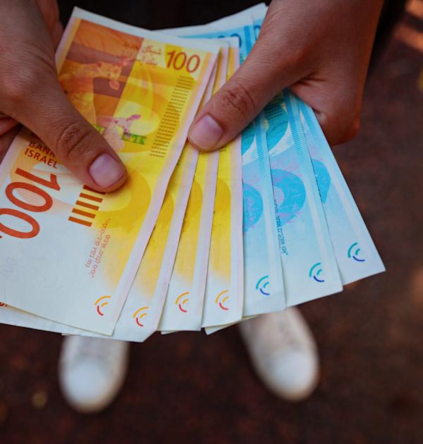 מזומן. רשות המסים מנסה להילחם בכלכלה השחורה / צילום: Shutterstock, Evgeniy pavlovski