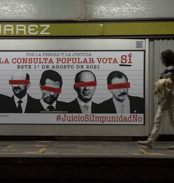 כרזה בתחנת רכבת במקסיקו קוראת ״צדק כן, חסינות לא״, מתחת לתמונותיהם של חמשת הנשיאים הקודמים / צילום: Associated Press, Christian Palma