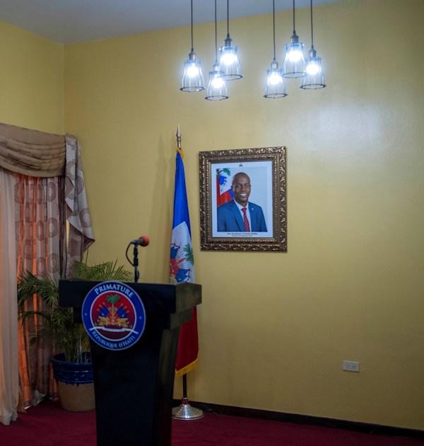 תמונתו של נשיא ז'ובנל מואיז על קיר חדר הישיבות / צילום: Reuters, Ricardo Arduengo