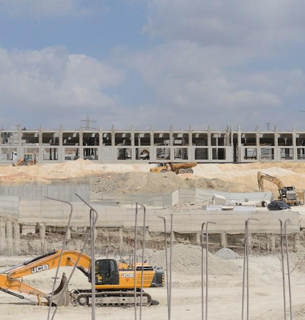 אתר הבנייה של חוות השרתים של אמזון באזור התעשייה הר טוב / צילום: איל יצהר