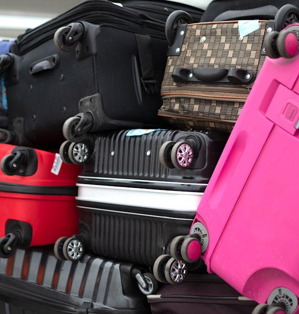 מזוודות בשדה תעופה. התשלום על מזוודה יכול להגיע ל־100 דולר בטיסת הלוך ושוב / צילום: Shutterstock