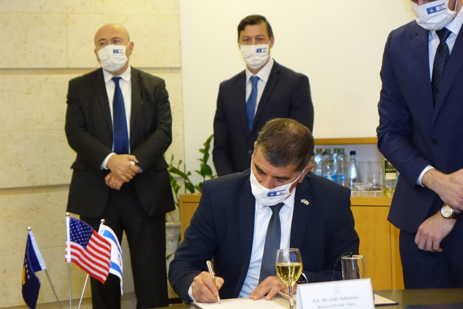 שר החוץ גבי אשכנזי בטקס החתימה על כינון היחסים הדיפלומטיים עם קוסובו / צילום: משרד החוץ