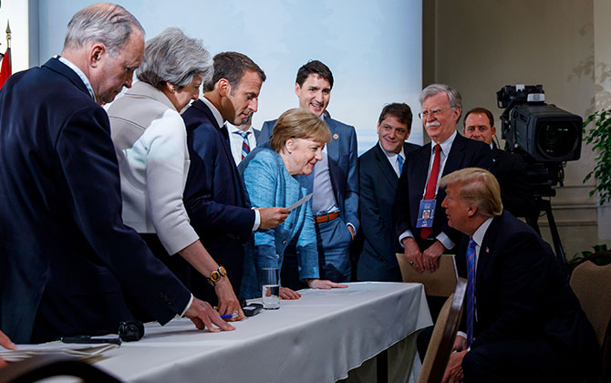 """אנגלה מרקל, """"ניצבת כאם נוזפת בחבורת מנהיגים ב־G7"""" / צילום: Reuters"""