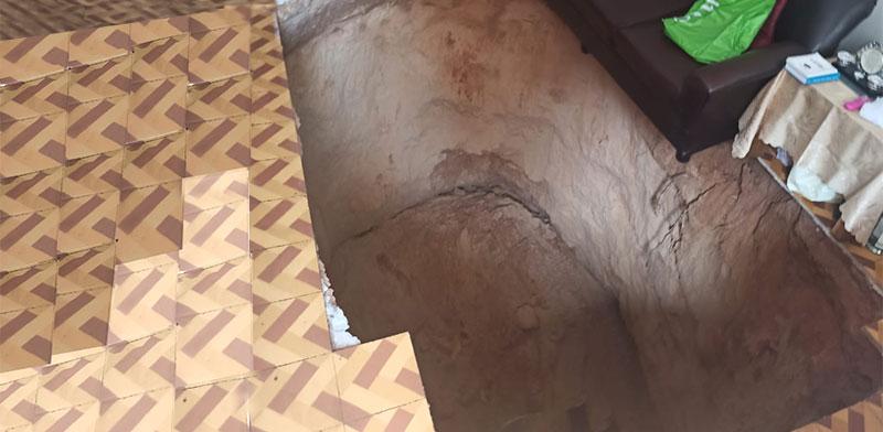 הבור שנפער בסלון של הדירה / צילום: דוברות המשטרה