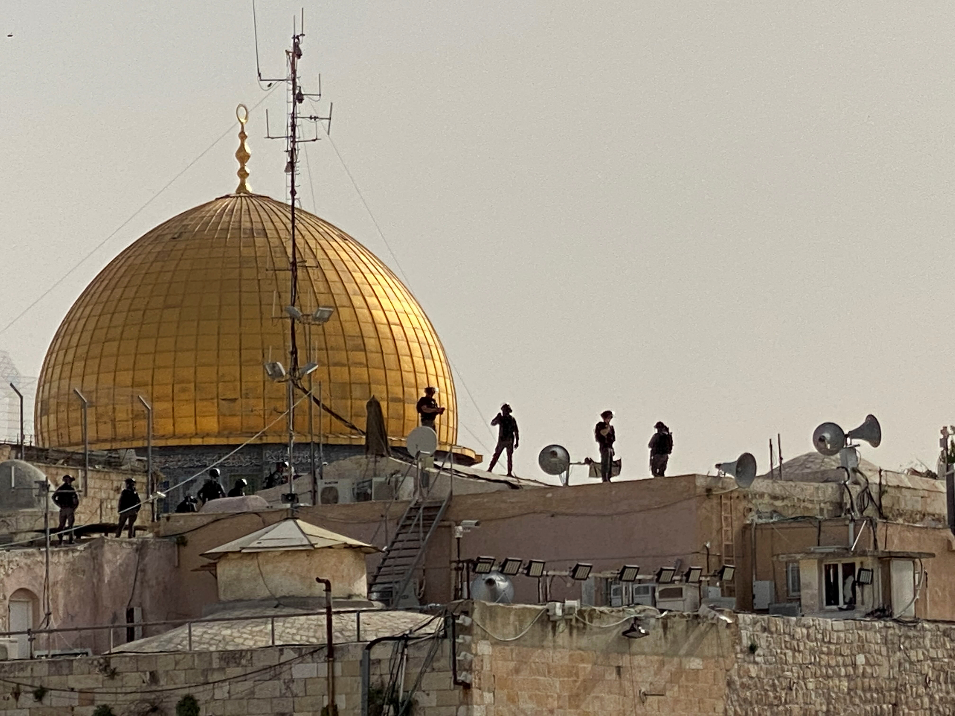 שוטרים משקיפים על הר הבית הבוקר / צילום: Reuters, Ilan Rosenberg