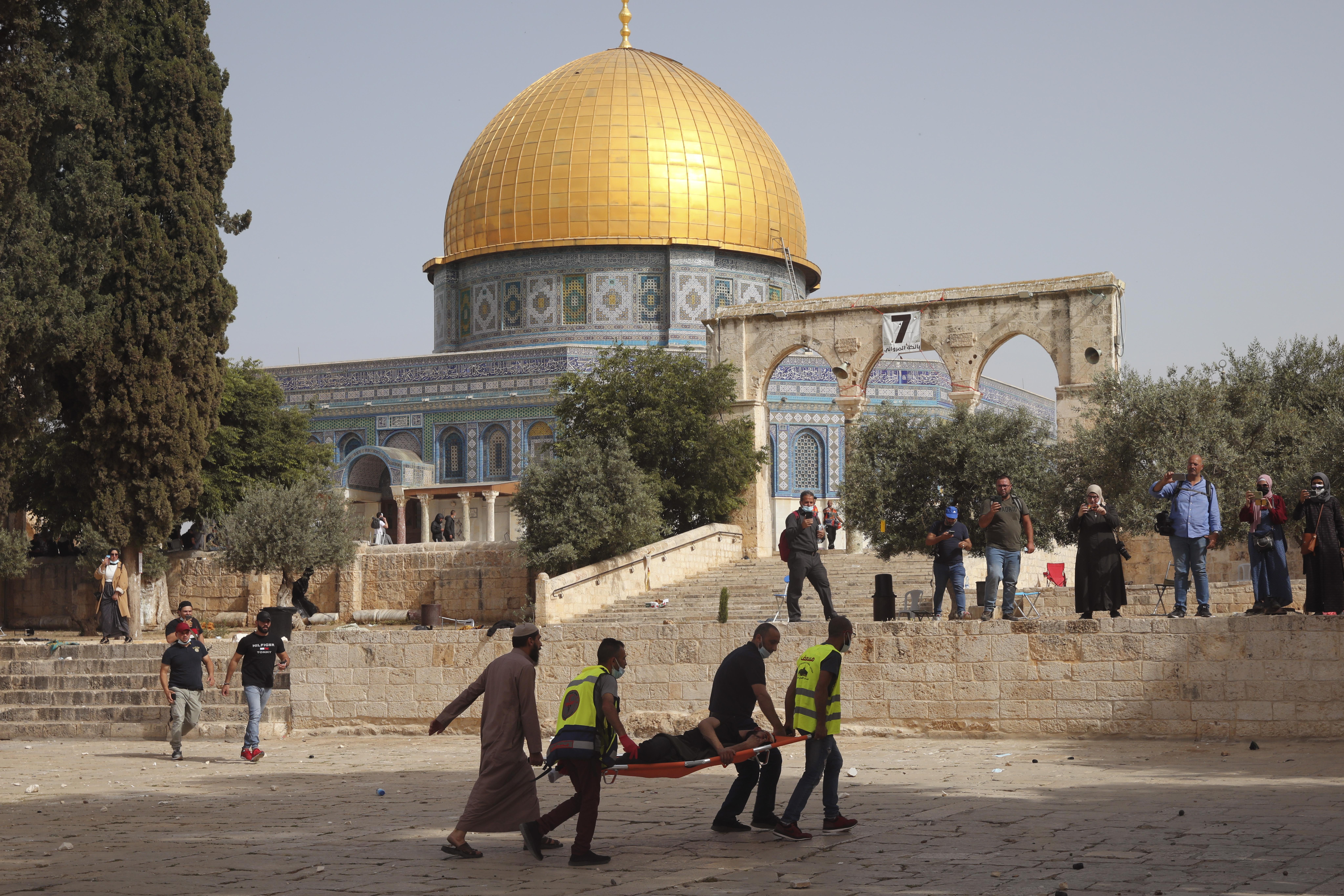 הסהר האדום מפנה פצועים מהר הבית / צילום: Associated Press, Mahmoud Illean