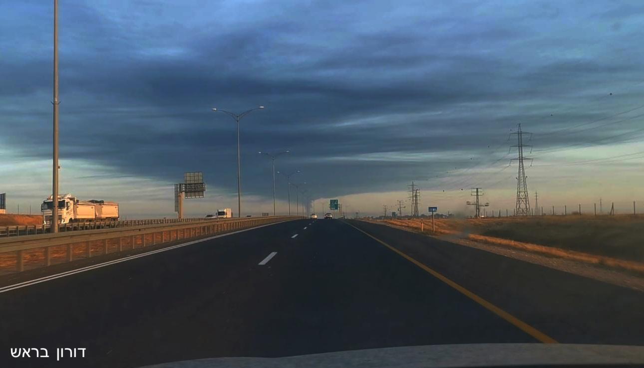 """ענן הפיח השחור שנוצר כתוצאה מהשריפה במיכל הדלק של תש""""ן באשקלון / צילום: דורון בראש"""