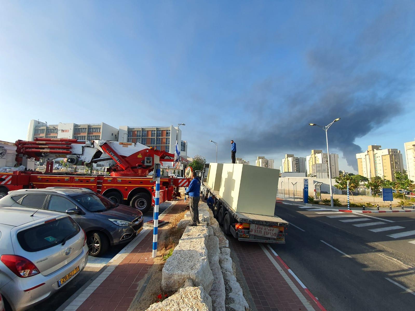 """ענן הפיח כתוצאה מהשריפה במיכל הדלק של תש""""ן באשקלון, הבוקר / צילום: דוברות בית חולים ברזילי"""