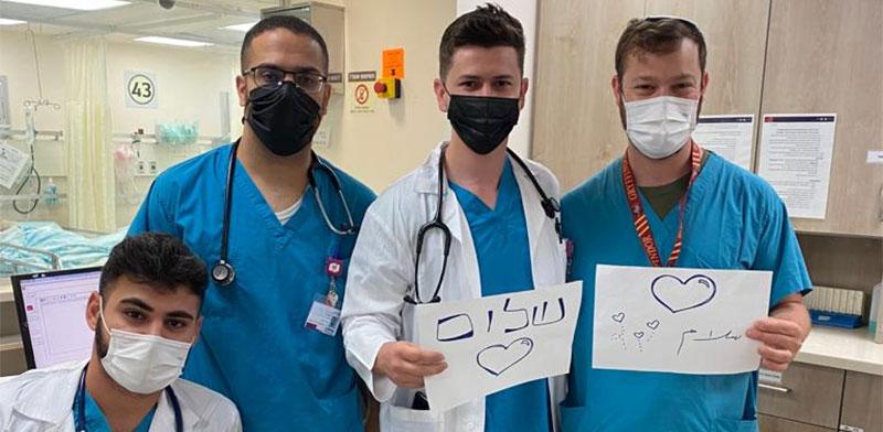 """עובדי בית החולים רמב""""ם – יהודים וערבים – במסר של שלום ודו-קיום / צילום: הקריה הרפואית רמב""""ם"""