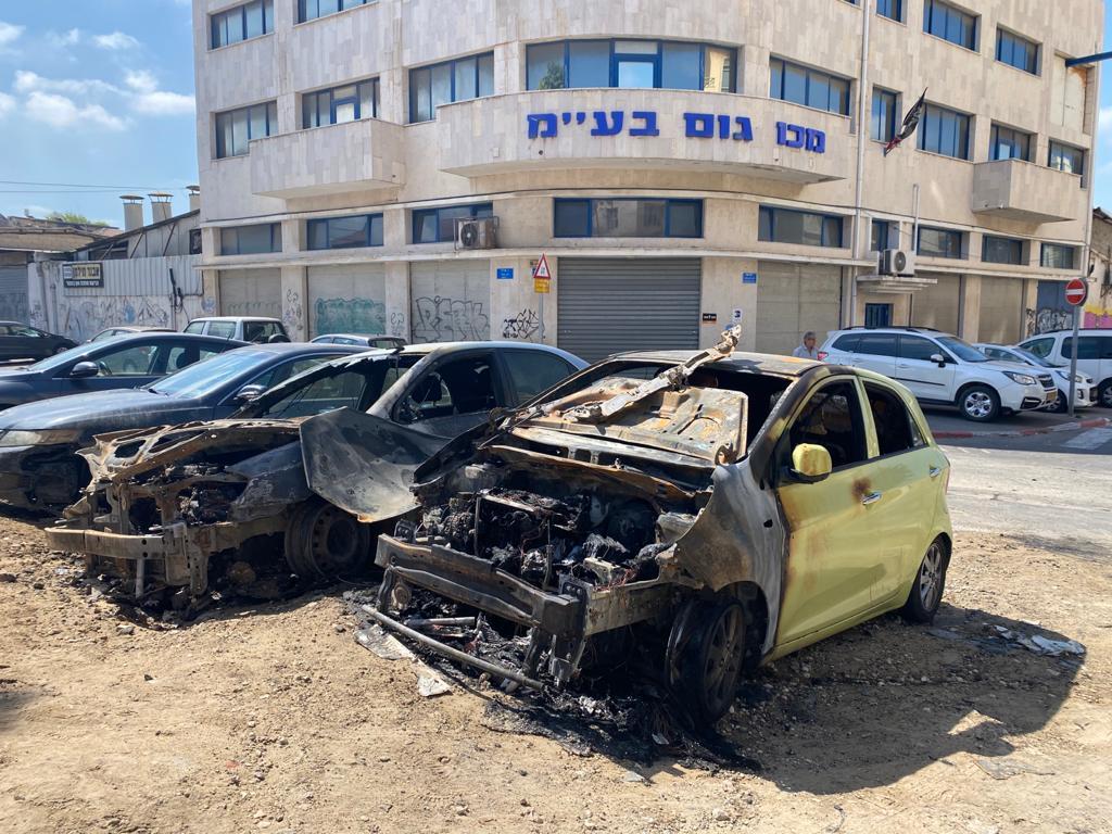 מכוניות שרופות במתחם נגה לאחר המהומות ביפו / צילום: מיכל רז חיימוביץ