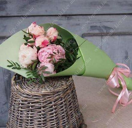 Букет з піонів та кущової троянди