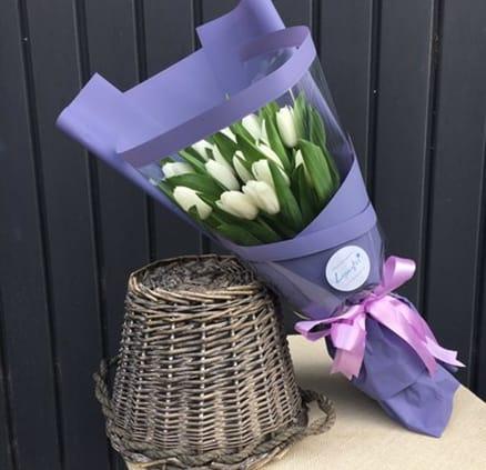 Букет із 19 білих тюльпанів
