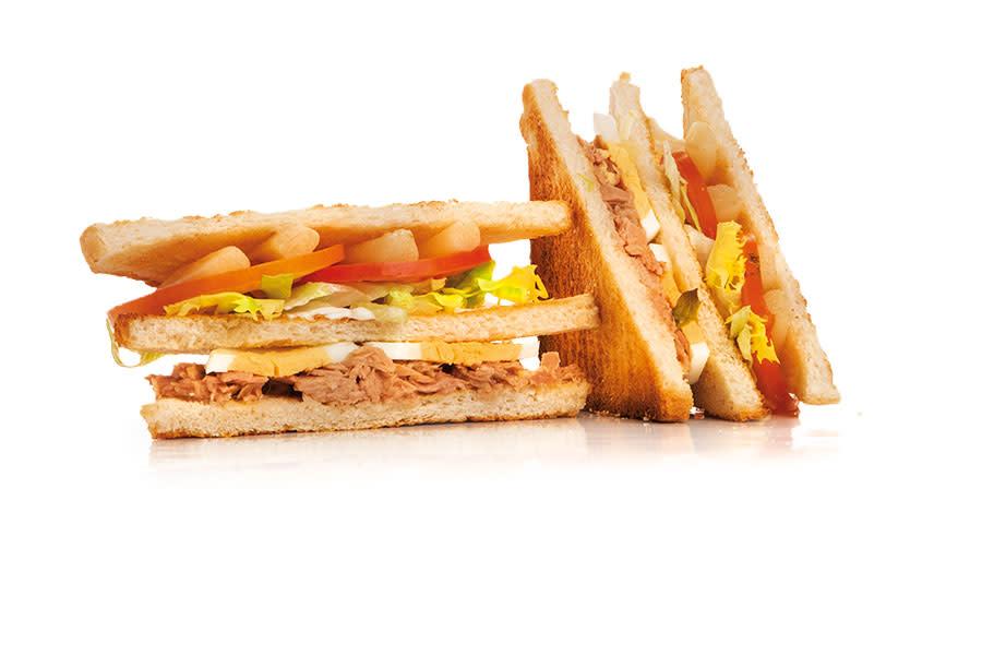 Sándwich De Atún Y Huevo Con Vegetales