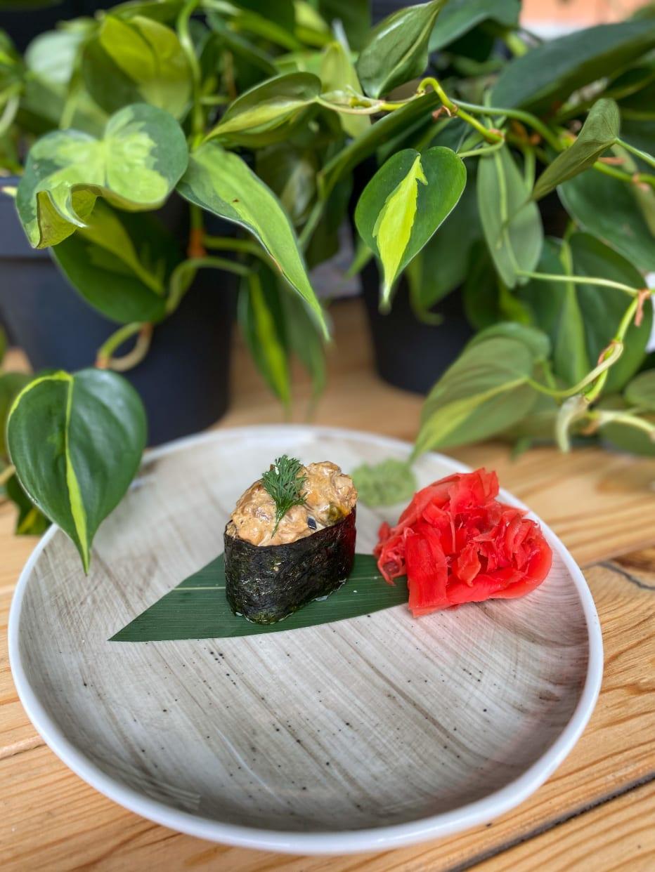 Гункан з мідіями, лососем і кальмаром (40г)