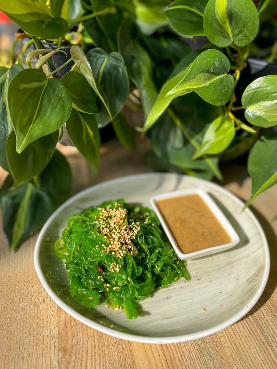 Салат Хіяші з горіховим соусом (150/50г)
