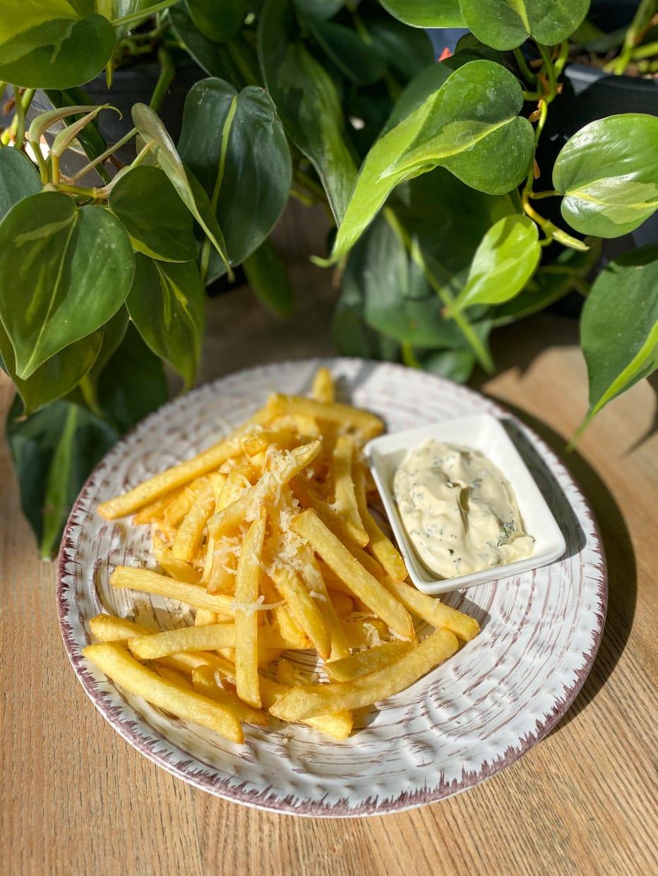 Картопля фрі з пармезаном і соусом Блю Чіз (150г)