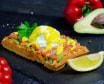 Бельгійська вафля зі слабосоленою сьомгою, яйцем пашот і шпинатом