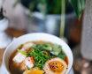 Пряний рибний бульйон з креветками, маринованим яйцем, бобами едамаме