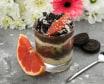 Шоколадний десерт з сезонними ягодами і печивом (330г)