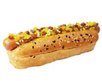 Hot Dog Hawaiano:  Pan De La Casa (Chía Y Ajonjolí) + Salchicha Ahumada + Topping De Piña + Tocino Chips