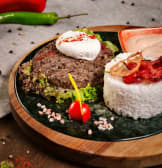 ხბოს ხორცის ბიფშტექსი და კვერცხი პაშოტი