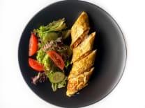 Сирний омлет з лососем та фреш салатом (300г)