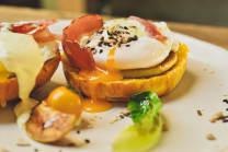 მოხარშული კვერცხი ბეკონით
