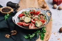 კიტრი-პამიდვრის სალათი ნიგვზით