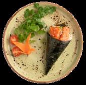 100. Temaki de salmón, aguacate, queso, salsa teriyaki y sésamo