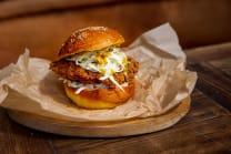 Katsku burger - hrskava curry piletina