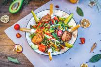 ავოკადოს სალათი მდნარი ყველით და ქათმის ხორცით