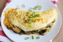 კვერცხის ტაფამწვარი ყველით და სოკოთი  ფრანგულად