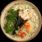 106. Temaki de salmón spicy, aguacate, pepino, salsa spicy y almendras