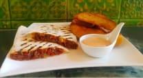საქონლის კესადილია, მექსიკური კარტოფილი და  მექსიკური სოუსი