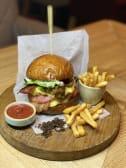 Бургер з яловичиною, соусом Барбекю та картоплею фрі (440г)