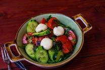 კიტრი-პომიდვრის სალათი სულგუნის ბურთებით
