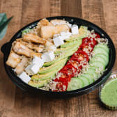 ავოკადოს და ქათმის სალათი ტაჰინის მწვანე სოუსით