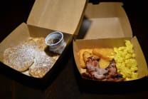 American Breakfast: Hash browns, bacon e scrambled eggs e pancake