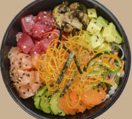 Sushi poke con salmón, atún