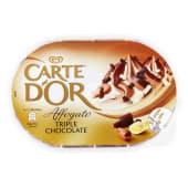 Gelato al cioccolato fondente (2,5% di cioccolato fondente) e gelato al cioccolato al latte (3% di cioccolato al latte), con il 23% di variegatura al cioccolato bianco (2,5%) e ricoperto con riccioli di cioccolato fondente, bianco e al latte (2,5%)