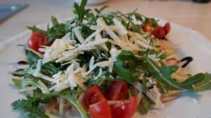 Rúcula, escamas de parmesano y balsámico