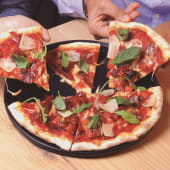 Pizza de jamón Ibérico y queso grana padano
