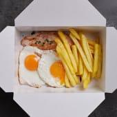 2 huevos fritos con pechuga de pollo