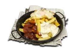 Patatas crujientes Ñam 2 salsas y huevo frito