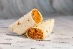 Burrito de pollo, verduras y salsa mexicana