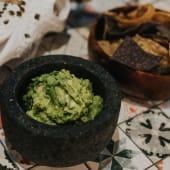 GREEN GUACAMOLE CON NACHOS