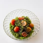 Alga wakame con cherry y sésamo