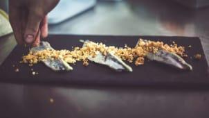 Sardina ahumada, albahaca y galleta de parmesano