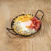 Cazuelita de gulas con huevo campero, patatas paja y jamón